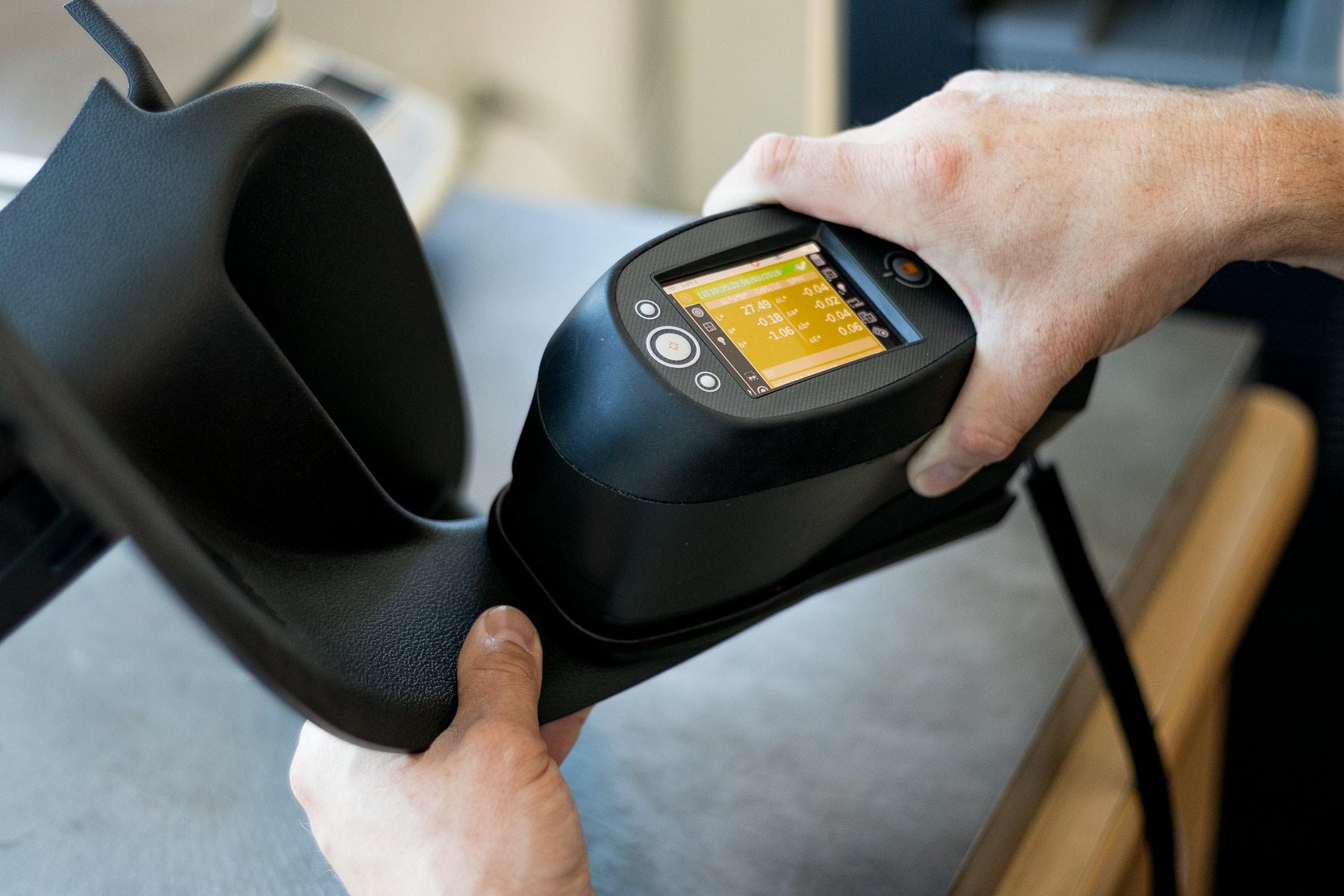 Akces Group polityka jakości, pomiary jakości materiałów spektrofotometr Firmy X-Rite